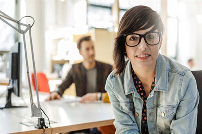 Las mujeres millennial trabajan más, pero no ganan lo suficiente
